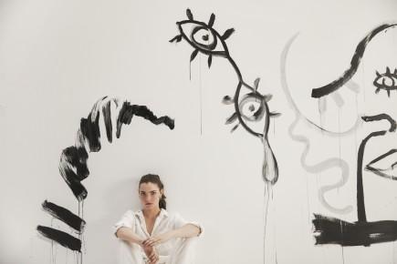 Charlotte Abramow-Claire Laffut devant sa toile