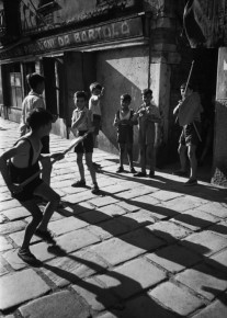 "David ""Chim"" Seymour –  Boys playing on Venice street 1950"